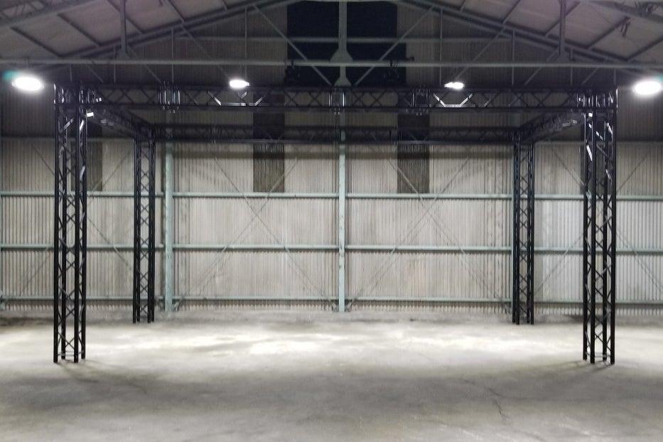 特殊照明ムービングライトで照明演出ができる、工場跡地の撮影レンタルスペースです! の写真
