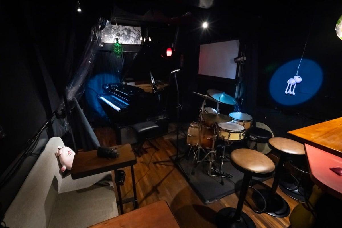 特別格安プラン!グランドピアノ&ドラムのあるライブbar パーティー・撮影・配信・歌の練習も!換気◎ の写真