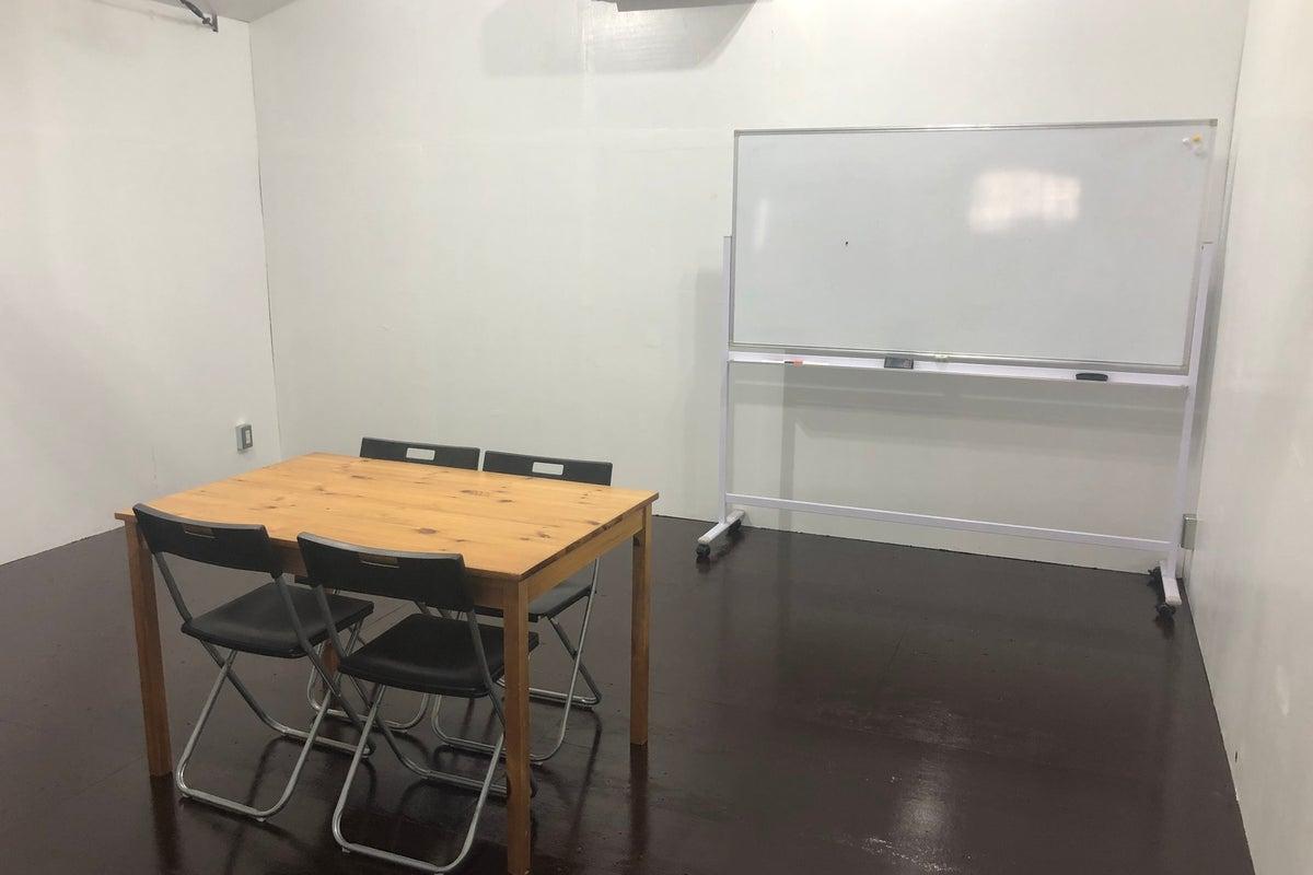 ONE SPACE 倉庫をリノベーションしたレンタルスペースです!白い壁とピンクの床のレンタルスペースです。 の写真