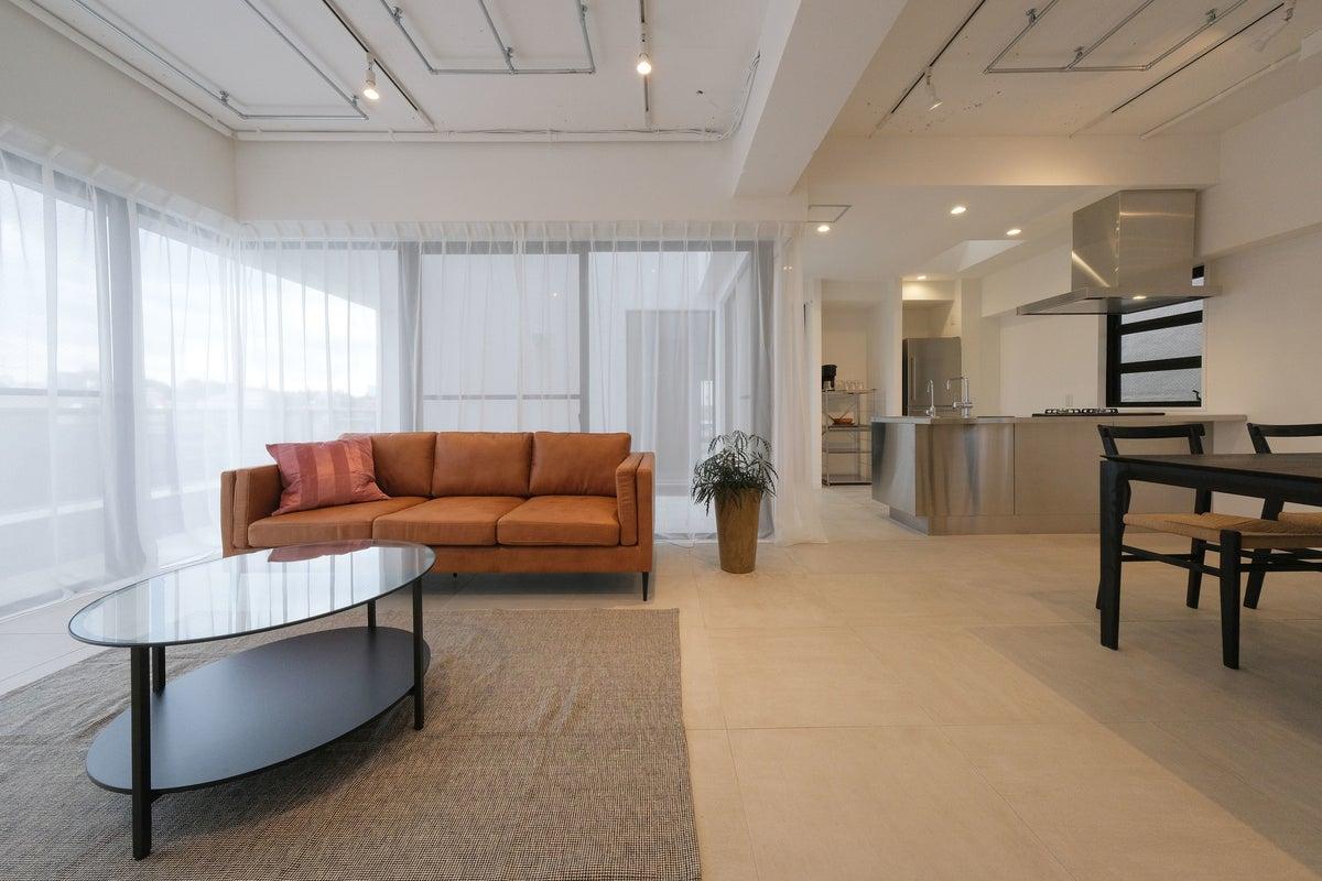 千駄ヶ谷のビル最上階に8/18オープン! 大型バルコニー付き2部屋の新しい120㎡のスタジオ。キッチンや大型冷蔵庫・駐車場も完備 の写真