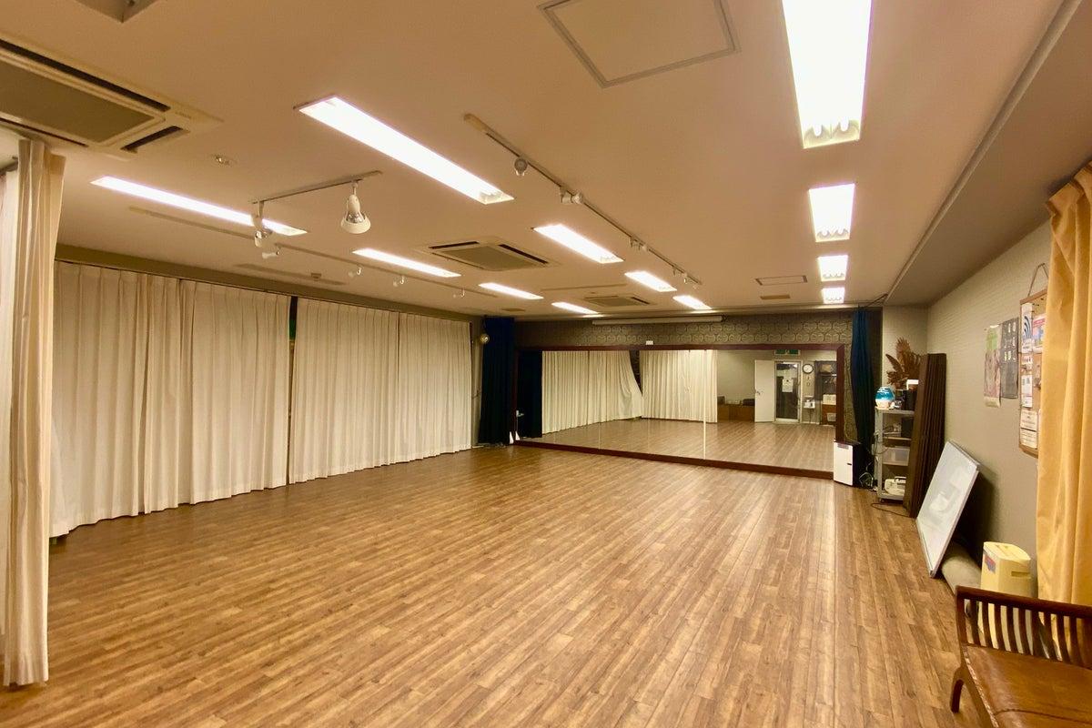 【吉祥寺駅徒歩5分】<B1>スポットライト完備の多目的スペース。40名までのダンスやヨガ、瞑想、ワークショップ、パーティ等に の写真
