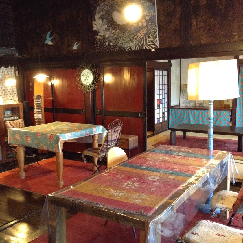 イロリが残る、古色豊かな板張りの部屋、土間の上に古材を使ってひいた床。古き良き日本を感じながら、使い方は皆様の感性でどうぞ。(古民家カフェ「おぐさんち」 築150年を越える諏訪地方特有の造りの養蚕農家です。) の写真0