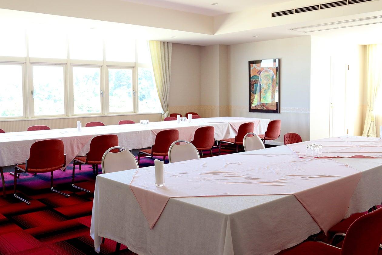 【千葉県・御宿】窓の外はゴルフ場!会議・パーティ・セミナーなどに最適な多目的スペース・82.24㎡ の写真