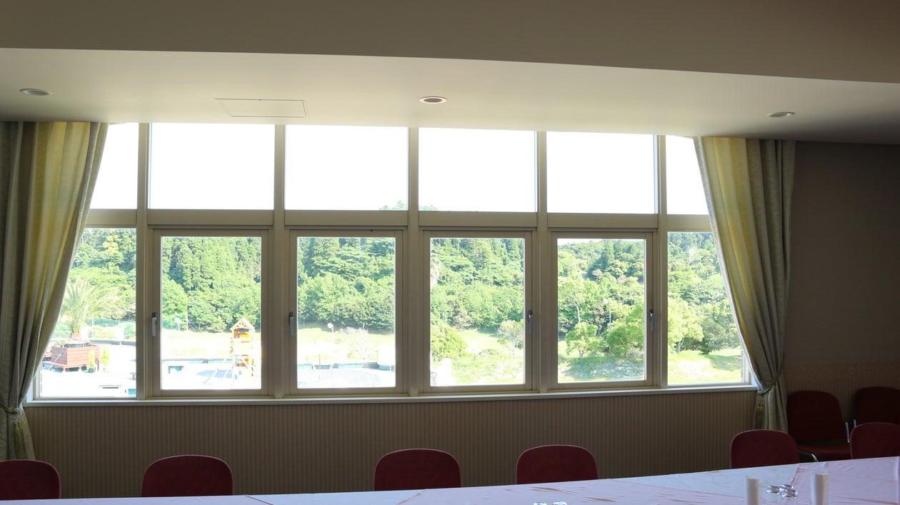 【千葉県・御宿】窓の外はゴルフ場!会議・パーティ・セミナーなどに最適な多目的スペース・61.6㎡ の写真