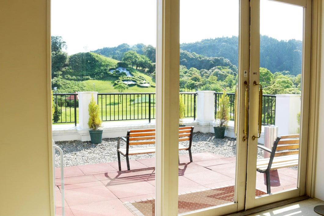 【千葉県・御宿】窓の外はゴルフ場!会議・パーティ・セミナーなどに最適な多目的スペース・123.2㎡ の写真