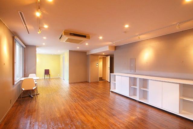 A-room/ ウッディーなカラーの床はこのお部屋だけです♪出窓・スポットライト・ピクチャーレールもあるので、展示会に多くご利用頂いております。1階共用トイレとは別に、A-roomには室内にトイレスペースがございます。こちらは什器・お荷物置場としてもご利用頂けますよ。壁の色はツートーンで、手前がグレー、奥は落ち着きのある黄色系♪