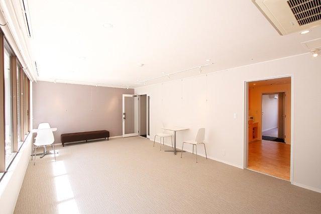 B-room【北参道・原宿】1階でショーウインドウ広がるスペース!ピクチャーレール・スポットライトあり! の写真