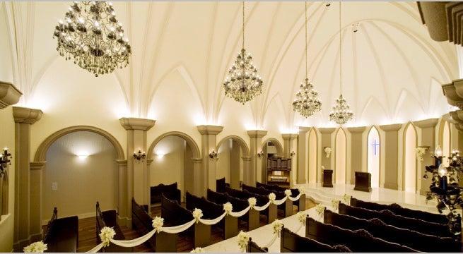 歌声が響き渡る大聖堂 純白のフェザーシャワーが降り注ぎ まるで天使が舞い降りたような空間 セント・フルール・ド・リス