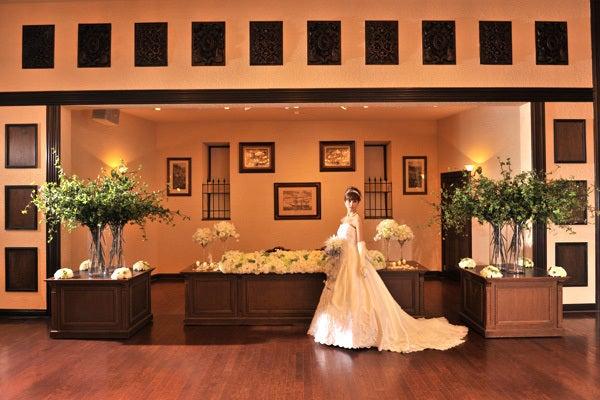 煉瓦の壁とマホガニー調の梁を基調に、グランドピアノの調べが美しく響くバンケットルーム ケンジントン の写真