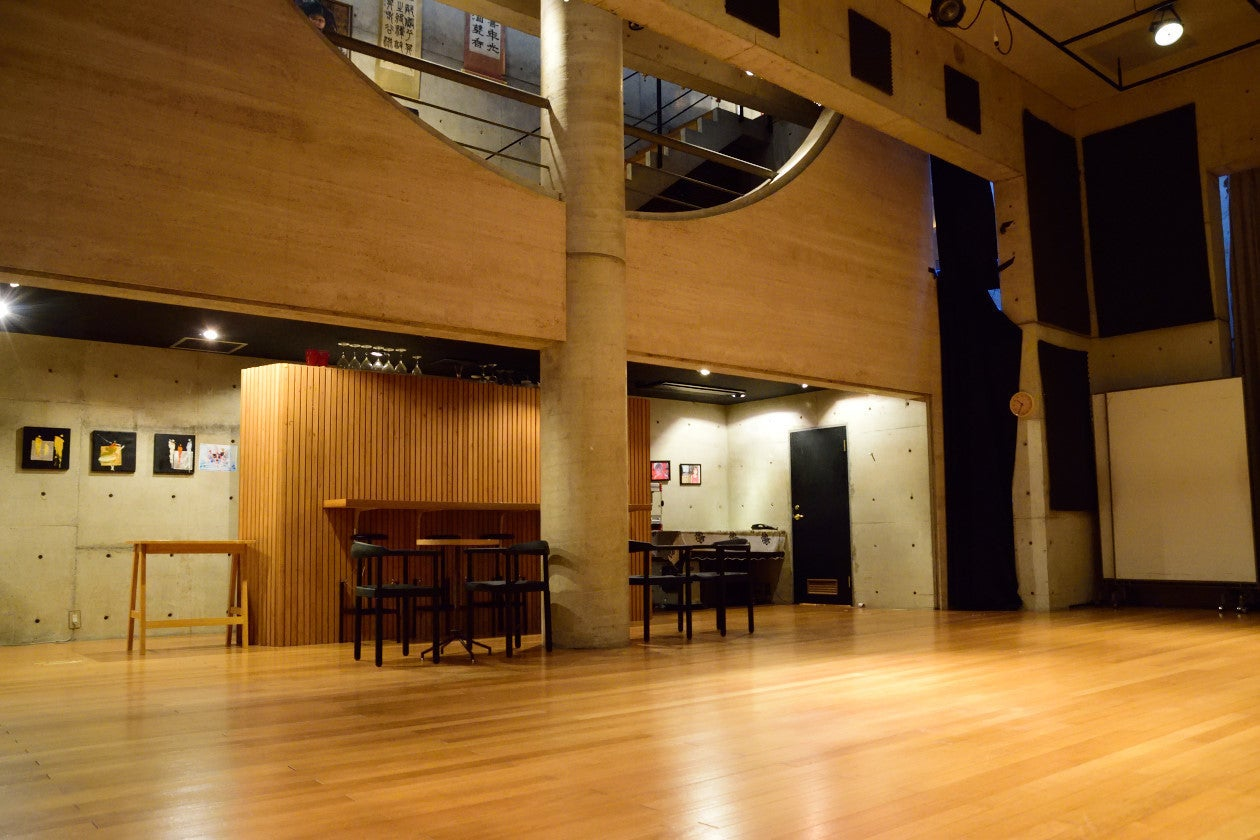 【下北沢】地下なのに高さ5.3m!?設備充実の半月型大ホールでコンサートはいかがでしょうか? の写真