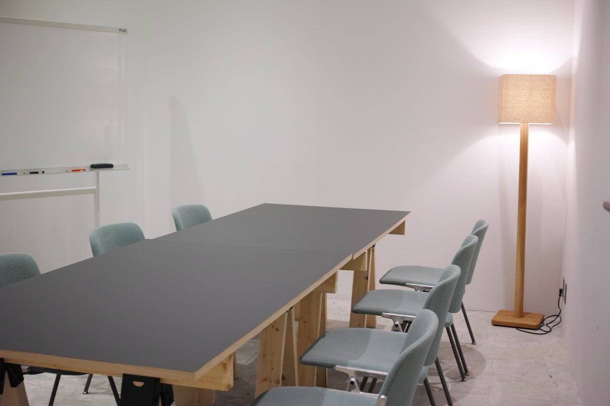 【横浜みなとみらい】ROOM/4名収容。スタイリッシュなミーティングスペース の写真