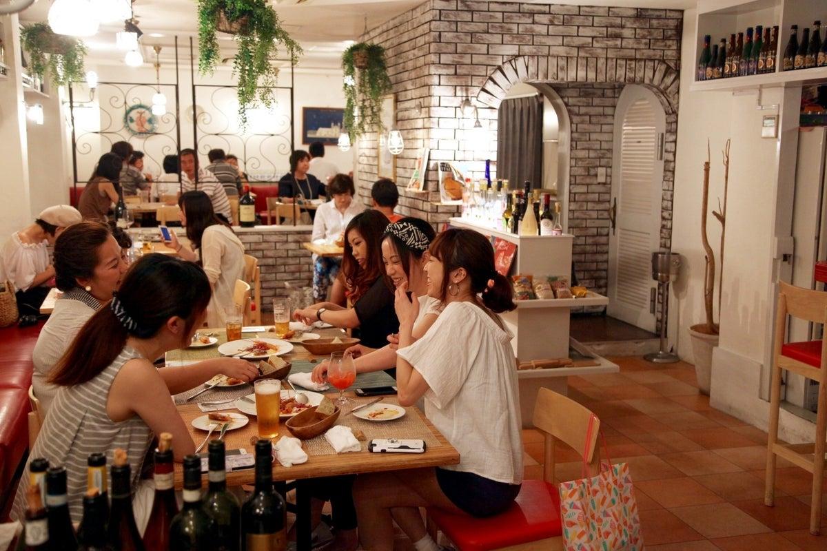 おしゃれなイタリアンレストランのフロア貸し!テーブルやイスがあります!持ち込みパーティーに! の写真