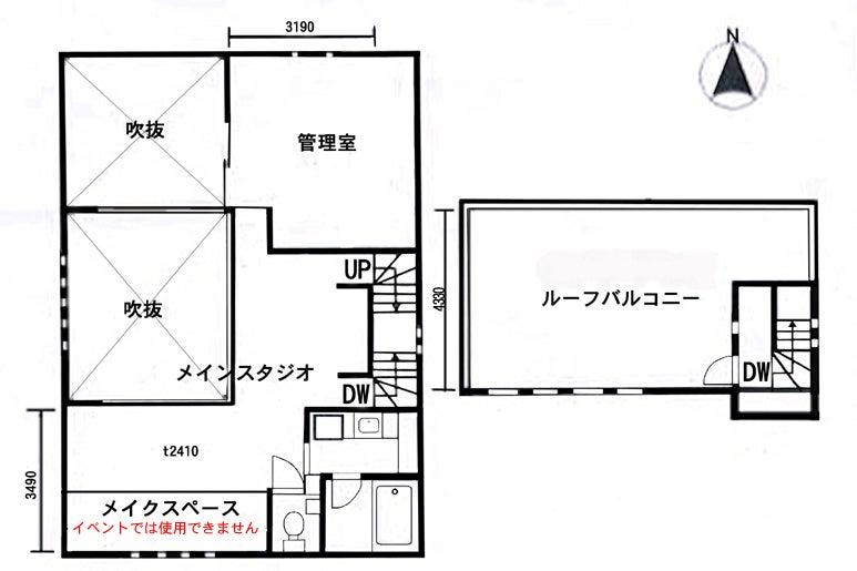 吹き抜けホールが広く使いやすいキッチン コンクリート打ちっ放しの地下 街並みが見渡せる屋上 の写真
